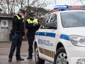 Lidem v Brně vadil muž, který křičel a mlátil pěstí do kapoty auta
