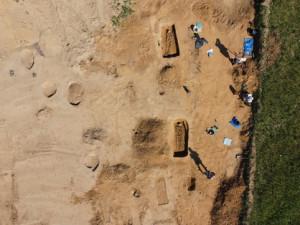 Brněnští archeologové objevili na trase D55 středověké pohřebiště