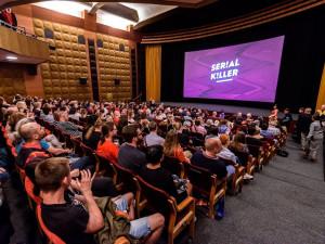 Serial Killer před začátkem živého programu nabízí on-line belgickou tvorbu