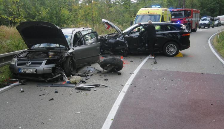 Řidič jaguaru naboural do auta v protisměru, nadýchal téměř tři promile