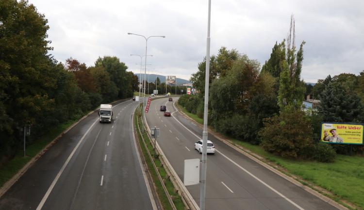 V brněnské Hradecké ulici ve směru na Svitavy se řidičům uzavřel jízdní pruh
