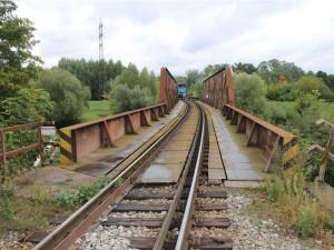 Tragédie na jihomoravské dráze. Průvodčí vypadl z vlaku, na místě zahynul