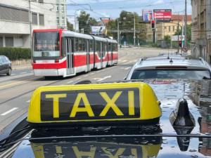 Cizinec po příjezdu do Brna zkolaboval v taxíku