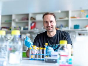 Virolog Daniel Růžek získal cenu za vývoj protilátek na klíšťovou encefalitidu