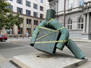 Chvilkaři oblepili Brno žlutými exekutorskými páskami