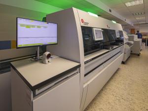 V nemocnici na jižní Moravě funguje unikátní robotická linka na analýzu vzorků