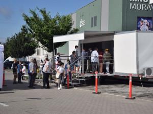Mobilní očkovací týmy jezdí do firem i obcí. Teď volají po změně financování