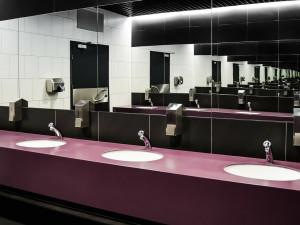 Kontroly ombudsmana vedly k odstranění klecových lůžek i kamer na toaletě