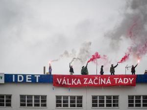 Krev v kašnách a protesty na střeše. Aktivisté brojí proti bezpečnostnímu veletrhu