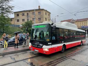 Autobusák v Brně měl napadnout muže přímo před zraky jeho dětí. Dopravce jej brání