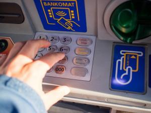 Laciná kořist. Důchodkyně nechala v bankomatu tisíce korun