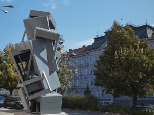 Ve Znojmě vyrostla socha připomínající věž z telefonních budek