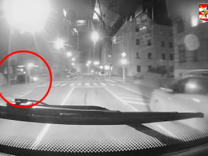 Pat a Mat v Brně. Žena blokovala křižovatku, ochotný muž pak její auto naboural
