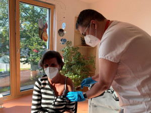 Brněnská nemocnice začala očkovat seniory třetí dávkou. Zájem je pozvolný