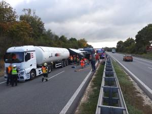 Dálnici D1 ve směru od Vyškova na Brno uzavřela nehoda tří kamionů