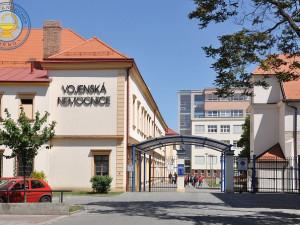 Vojenská nemocnice Brno zakázala návštěvy kvůli pacientům s covidem-19