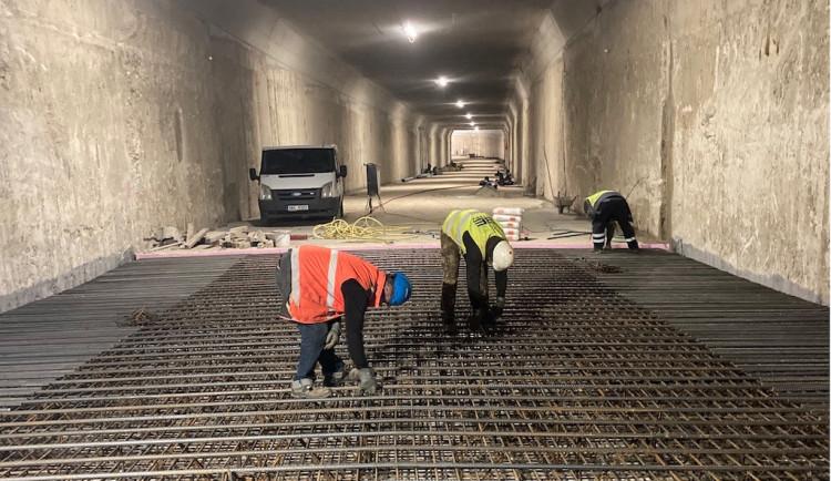 V novém tunelu pilně pracují dělníci