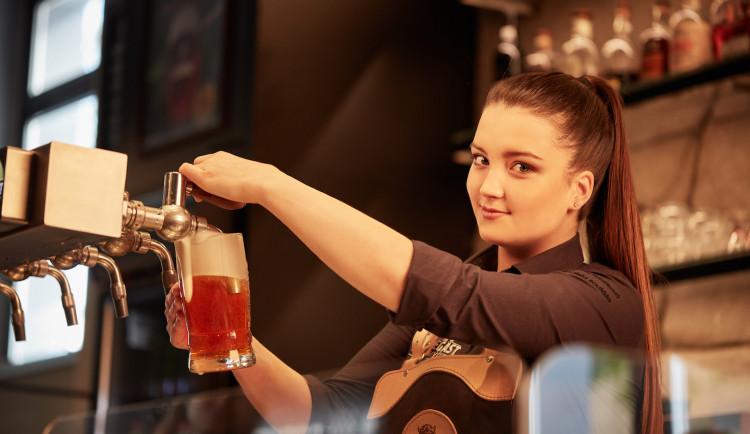 V Brně vládne výčepu žena. Pivo se netočí, ale čepuje, říká česká šampionka
