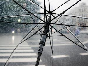 V brněnské ubytovně dnes řešili podivný útok deštníkem