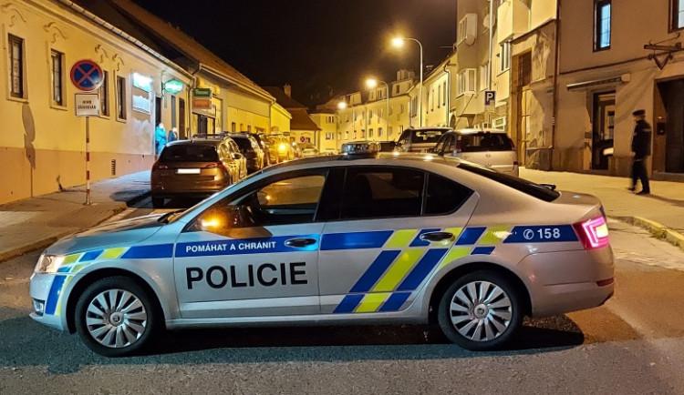 Policisté v Brně pronásledovali autobus. Seděl v něm cizinec, který rozkopal zastávku
