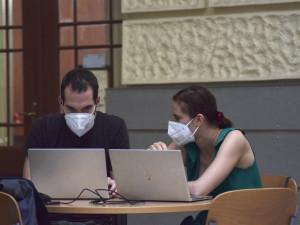 Výuka v respirátoru. Masarykova univerzita zpřísňuje opatření proti šíření covidu