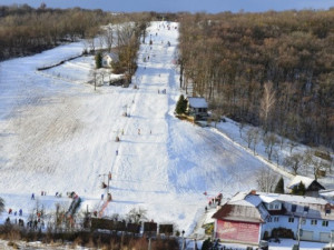 V Němčičkách začali na lyžařský svah pokládat umělý povrch