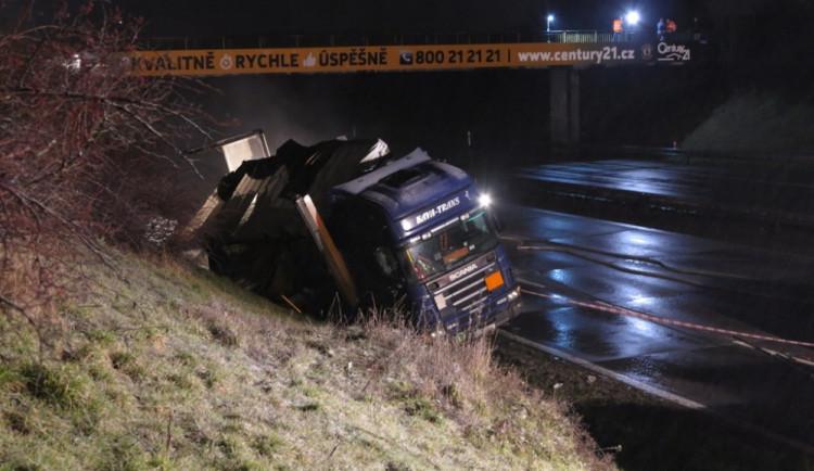 Na D1 došlo k havárii kamionu s kyselinou chlorovodíkovou