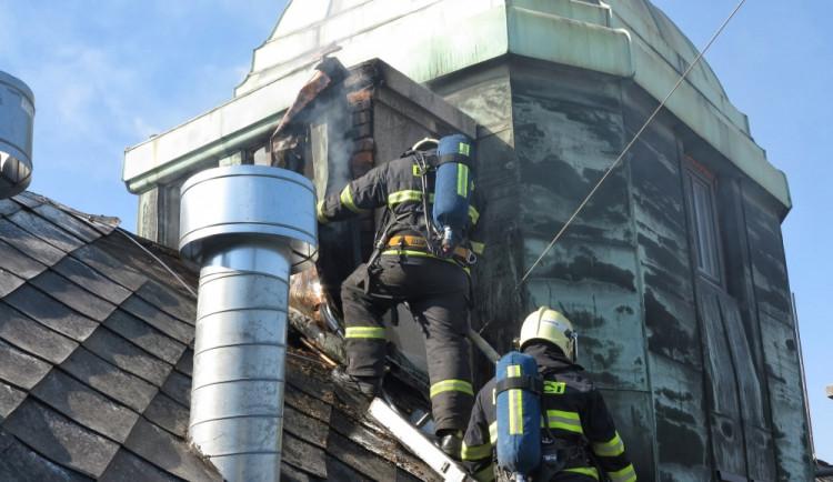 Hasiči likvidovali požár hotelu na Zelném trhu