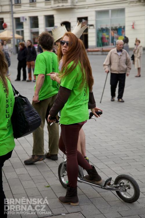 Brněnští studenti vztyčili na náměstí Svobody májku, foto: Brněnská Drbna, Miroslav Toman