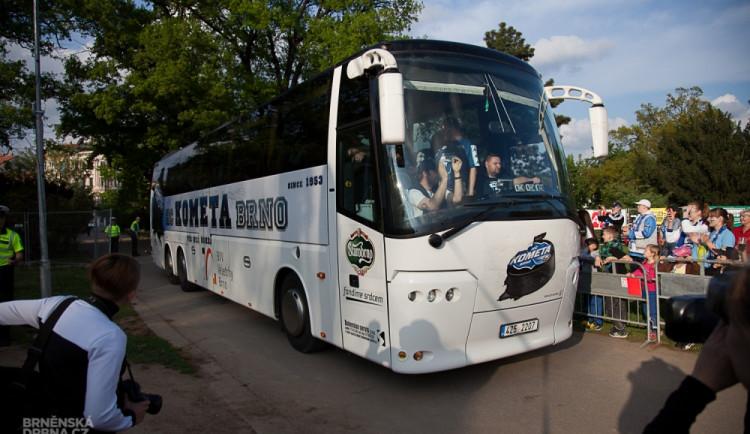 Hokejisté Komety přivezli fanouškům trofej pro finalistu play-off