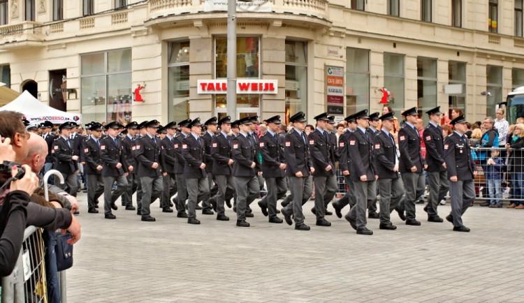 Na náměstí Svobody přísahali noví hasiči a policisté