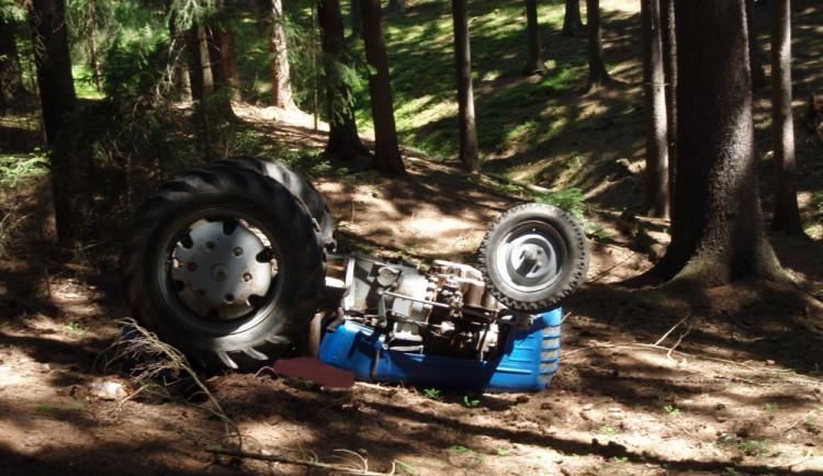 Traktor se převrátil na řidiče, ten zraněním podlehl
