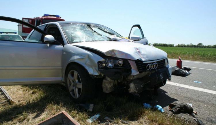Řidič audi vážně zranil pracovníky u silnice, od nehody utekl