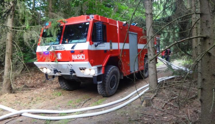 Při požáru u Blanska zasahoval i vrtulník