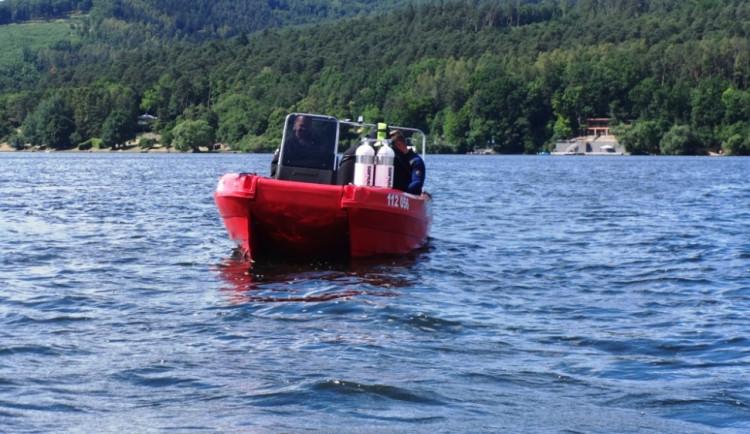 Policisté a hasiči hledali na dně Brněnské přehrady invalidní vozík