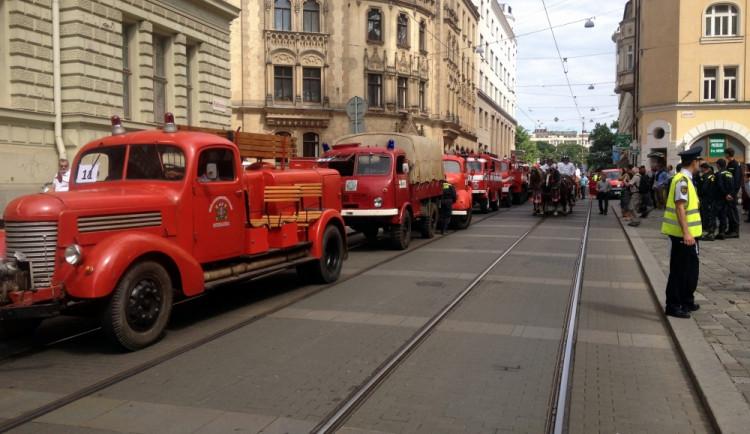 Požár na brněnském náměstí Svobody hasilo téměř 50 hasičských aut