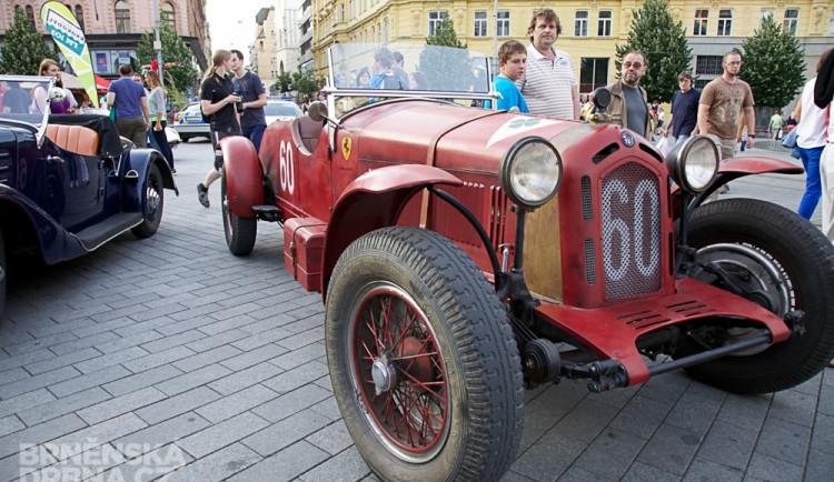 Historická závodní auta a motocykly se představily v centru Brna