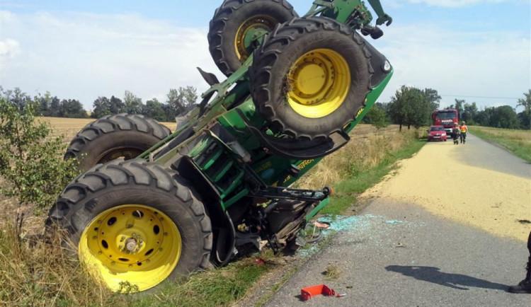U Prace se převrátil traktor s šestnácti tunami obilí