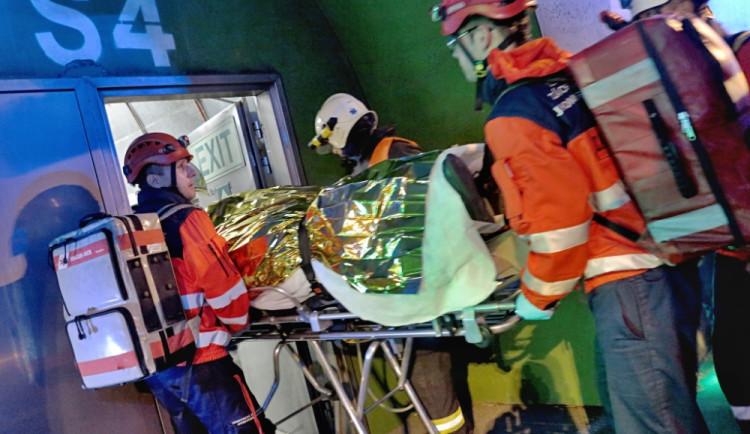 Hasiči nacvičovali vyproštění obětí z nehody v Královpolském tunelu