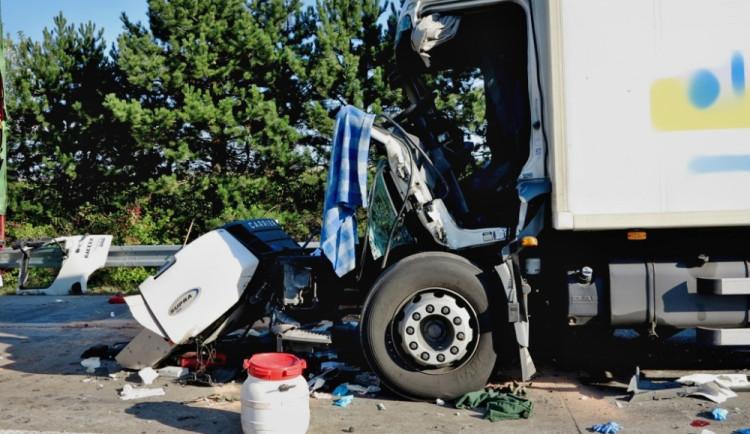 Řetězová nehoda kamionů ve čtvrtek zablokovala dálnici D1