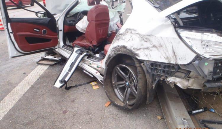 Na dálnici u Popůvek hasiči vyprostili muže ze zdemolovaného BMW