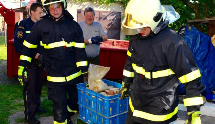 V Nedvědici začala likvidace nelegálního skladiště chemikálií