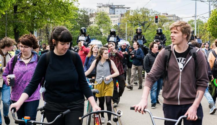 Brnem pochodovala krajní pravice. Odpůrci odpovídali bubnováním a zpěvem