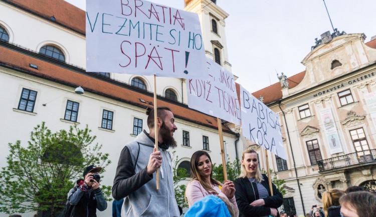 Proč? Proto! Pokojná demonstrace se ze Svoboďáku přesunula na Moravák. Za kulturou. Autor: Tomáš Hrivňák